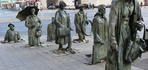42-of-the-most-beautiful-sculptures-in-the-world-the-monument-of-an-anonymous-passerby-wroclaw-poland