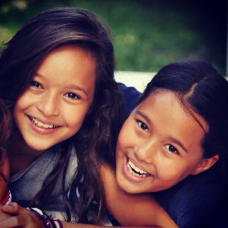 ორმა უბრალო გოგონამ მთელი კუნძული გადაარჩინა - ახლა მათ მთელი მსოფლიო იცნობს
