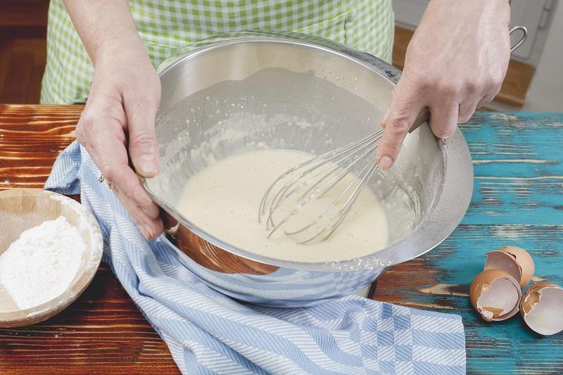 აიღეთ შედედებული რძე და მდუღარე წყალი: შედეგად ეს ტკბილი ბლინები გამოცხვება. აი რეცეპტი