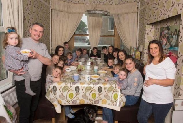 42 წლის ბრიტანელმა ქალმა 20 ბავშვი გააჩინა. უბრალოდ ნახეთ, როგორ გამოიყურება მათი ვახშამი. შესანიშნავია.