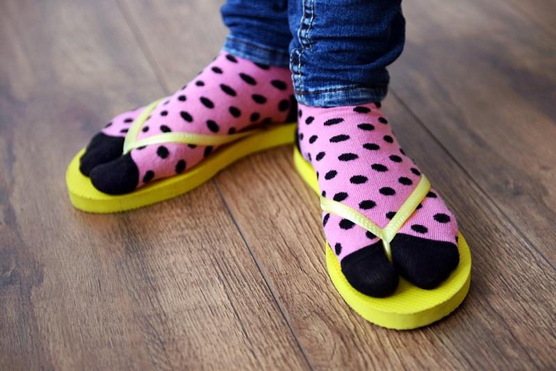 ქალებო, ფეხსაცმლის ამ 6 ტიპს უნდა მოერიდოთ: აჩენს კოჟრებს, აშრობს ფეხებს და ატკიებს თავს.
