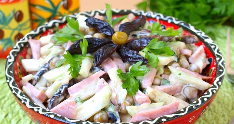 სალათების რეცეპტები, რომლებსაც შავი ქლიავის ჩირი აქვთ დამატებული