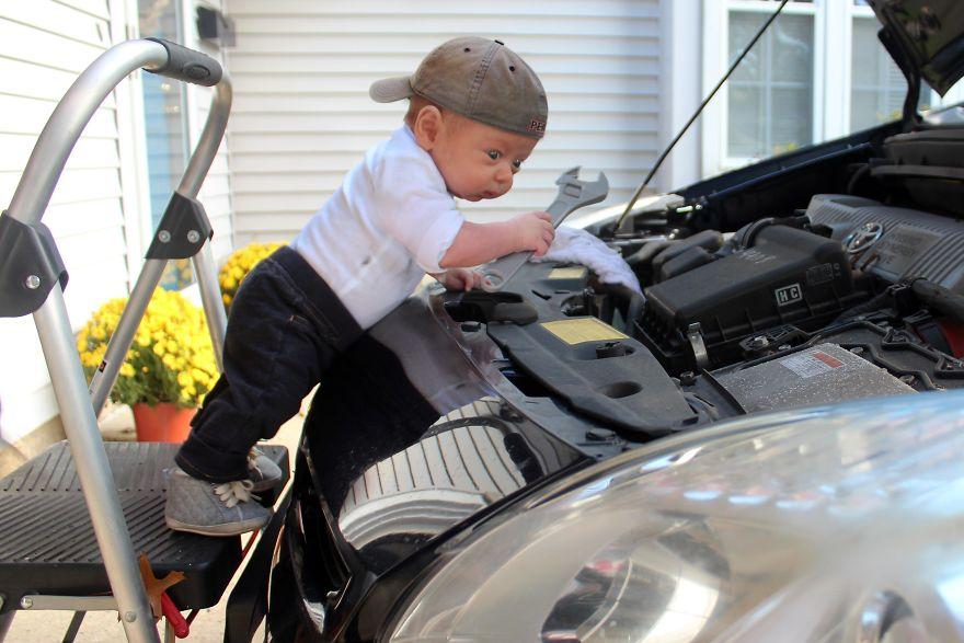 მამა თავის ადრეულად დაბადებულ ჩვილს ,,კაცური'' საქმეების კეთებას ასწავლის, შედეგი გამაოგნებელი და გულისამაჩუყებელია
