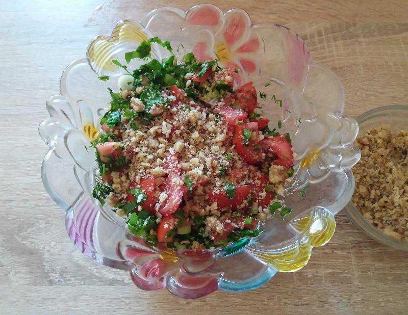 10 წუთში მოსამზადებელი რეცეპტი: ქართული სალათა ნიგვზიანი პომიდვრით