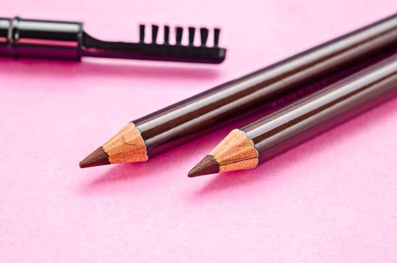 3 მარტივი ხრიკი, თუ როგორ დავმალოთ ნაცრისფერი თმის ღერები მათი დაწვის გარეშე