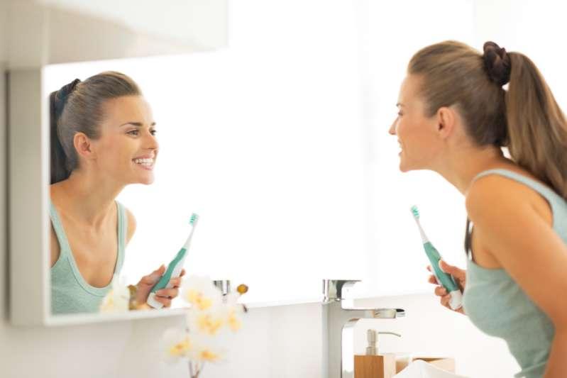 როცა საქმე სარკის გაწმენდას ეხება, ყოველთვის ამ წესს ვიცავ, რომ ზოლები არ დარჩეს