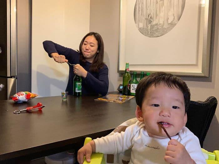 """წლის დედის წოდება გადაეცემა ამ ქალს, რომელიც ვაჟიშვილთან ერთად სასაცილო ფოტოებს პოსტავს თემაზე """"დედის პირადი ცხოვრება"""""""